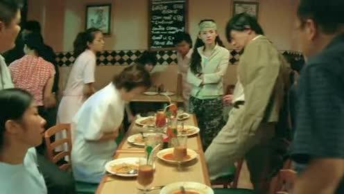 乞丐在大雨中晕倒!一群男医生不为所动!美女护士看不下去了