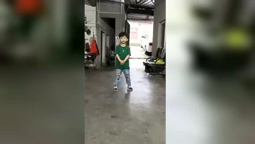 小正太得意的展示自己的舞蹈技能,下一秒笑喷