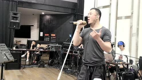杨坤为演唱会排练 看看他彩排都吃啥喝啥