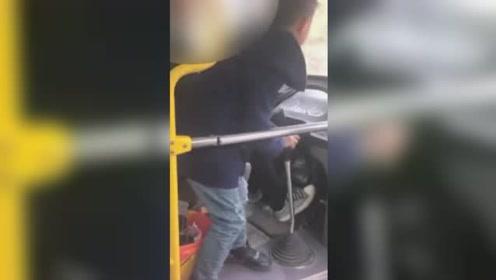 危险!公交行驶中司机让8岁儿子换挡