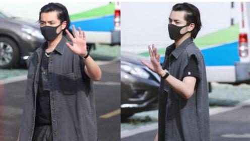 吴亦凡换新造型 大背头配1万2灰色马甲 29岁不戴耳环更艺术