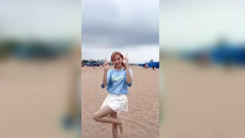 海边热舞的百褶裙小姐姐,真的非常可爱了