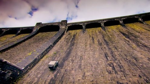 老外开路虎挑战60米高水坝,过程胆战心惊,还好它够硬气!