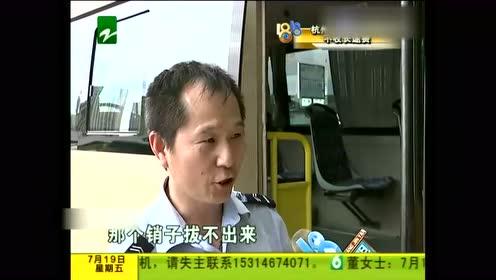 货车车头着火 公交车司机施以援手