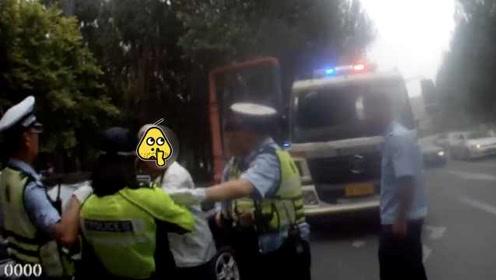 6旬老汉驾车实线掉头被查,怒吼推搡女交警