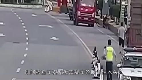 司机发现轮胎有异物,准备将其撬出不料轮胎爆炸,当场被炸倒在地