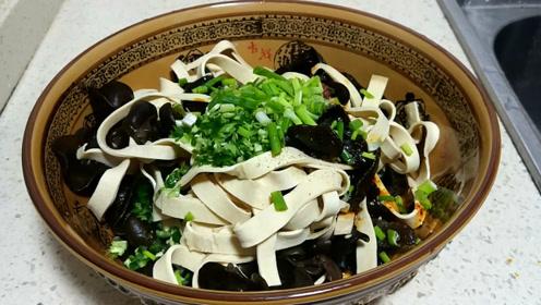 家常豆腐皮拌木耳,做法简单,夏天吃着真香不错