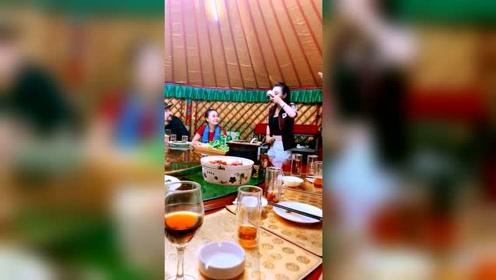 天衣蒙古包内为顾客献唱,每首歌都是那么激情澎湃!
