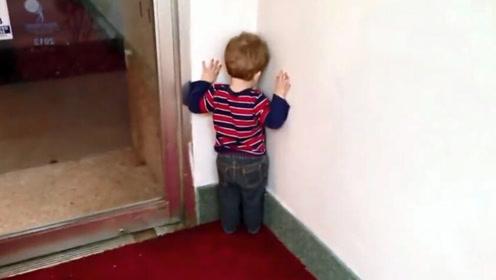 宝宝犯错被爸爸罚面壁,当宝宝看见妈妈后,接下来的举动太可爱了