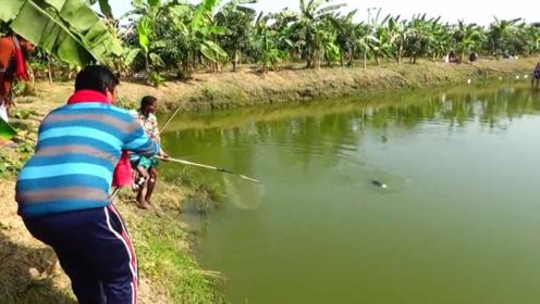 钓到一条罕见的大鱼,引来一堆人围观拍照