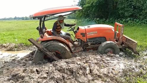 拖拉机陷入泥潭,老司机一招解决