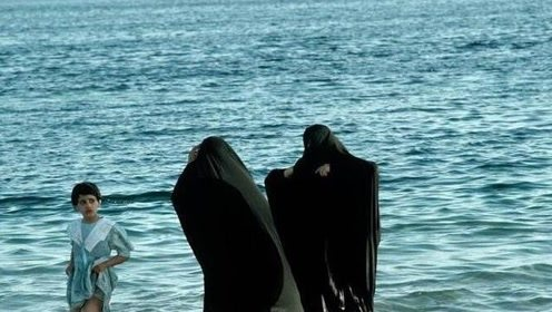 穆斯林女人一生裹着黑袍,当看到她们下海游泳的那一刻,愣了
