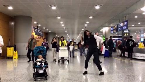趁着飞机还没起飞,小美女在机场尽情热舞,这画面太好看