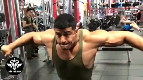 退伍大兵去健身房,教练都不敢指导他,一身肌肉真吓人