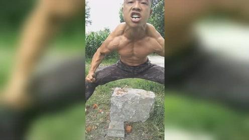 """男子肌肉像石头被称""""绿巨人"""",劈砖如泥能徒手劈弯钢管"""