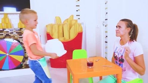 萌娃们的餐厅开业啦!两个小家伙可真是会玩呢!