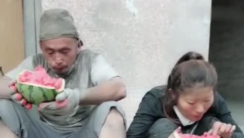 水泥妹搬完水泥热得不行了,跟同事一起吃西瓜凉快一下