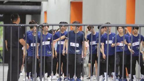 UNINE和R1SE首次同框录节目 蓝上衣配黑裤少年感十足
