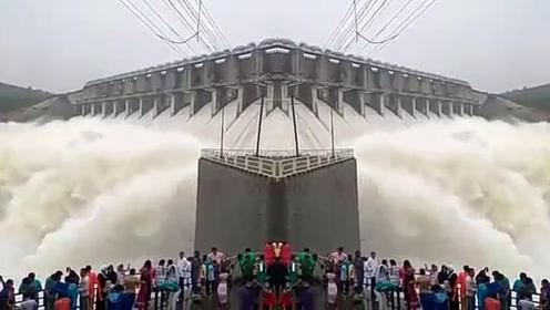 """印度耗时25年修建""""水坝"""",声称比三峡大坝牛,开闸当天就塌了"""