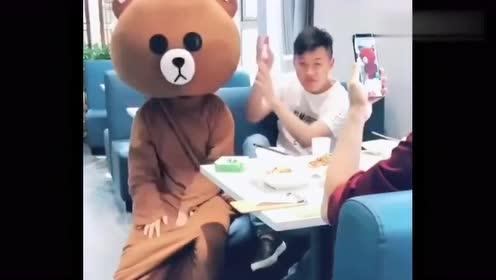 网红熊又调皮了,竟这样对待小哥哥,看完忍住别笑!