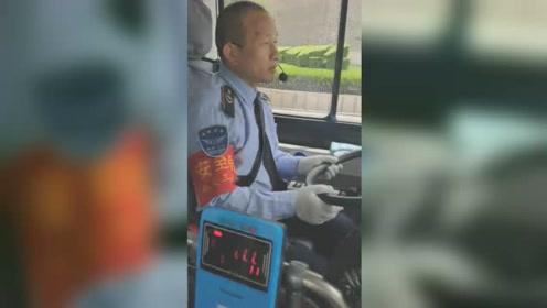 """51岁公交司机自学英语,用""""人工双语""""报站介绍景点走红"""