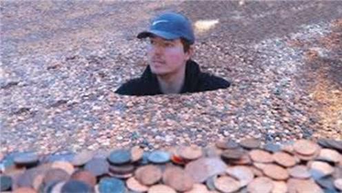 """你见过用硬币""""洗澡""""吗?小伙突发奇想,网友:不硌得慌?"""