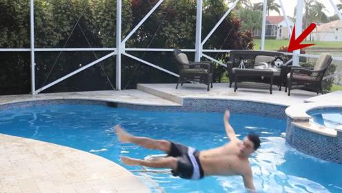 主人假装溺水,想要看看二哈的反应,接下来的画面憋住别笑