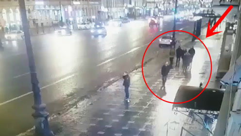 """失控的轿车冲向人行道,一群人被撞翻,场面犹如""""保龄球""""!"""