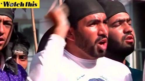 印度独立日 巴基斯坦人舞动黑旗放飞黑气球过起了黑色日