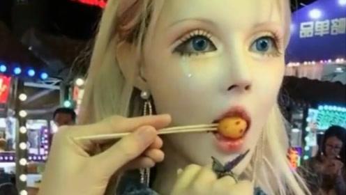 """中国第一""""真人芭比"""",嘴巴吃东西都艰难,卸妆后让人不敢看!"""