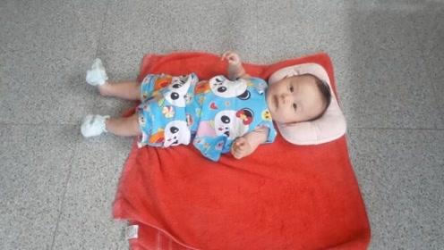 2个多月的宝宝学翻身,一鼓作气翻转,下一秒悲剧了