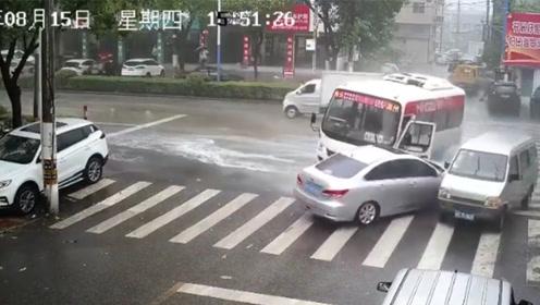 """客车一脚刹车在公路上演""""回首掏"""" 漂移旋转近180度撞两车"""