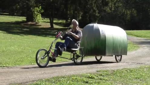 """大叔花150美元把三轮车改造成""""房车"""",空间狭小却应有尽有"""