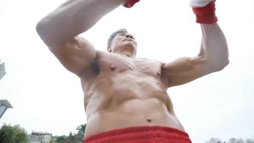 一场病后,67岁大爷负重44斤健身练出8块腹肌:曾被骂疯子