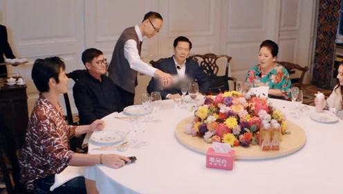 向佐郭碧婷见双方家长,有谁注意他们喝的酒?网友不淡定了