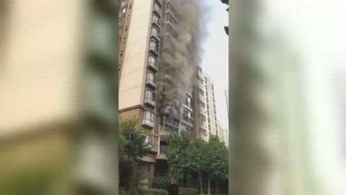 赣州一小区居民楼火灾黑烟滚滚 楼上居民紧急撤离