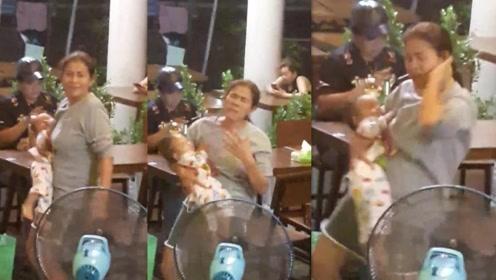 年轻妈妈为解压抱着小孩在酒吧尽情热舞  怀中小孩全程呼呼大睡