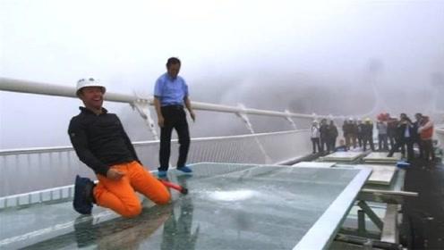 外国小伙怀疑张家界玻璃桥的质量,亲自来中国检查,结果尴尬了