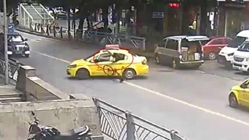 出租车违规掉头 骑车人一头栽进车内:我是谁,我在哪