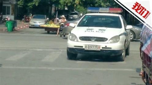 南宁一警察将警车停在人行道上去吃米粉?交警:违停属实 已处理