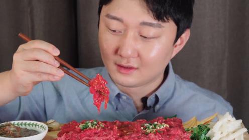"""日本人吃生鱼片算什么?韩国小伙""""生吃牛肉"""",看得我胃里翻滚"""