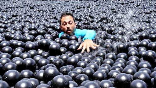 多少塑料球能在水中撑起一个人?老外准备了600斤,亲自体验!