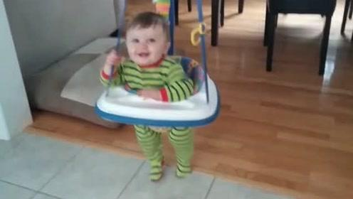 小宝宝化身超级弹跳王,边跳边转圈圈,这小胖腿玩的太溜了!
