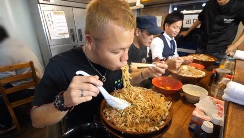 三位大胃王比拼饭量,饭一上齐就被发现端倪,网友直呼不公平