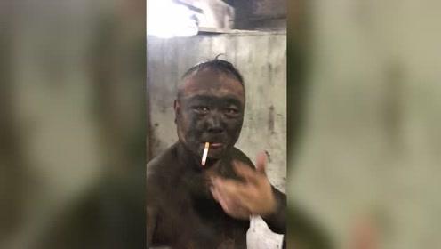 从井下面到地面的第一件事情,就是抽根烟,生活的不容易!