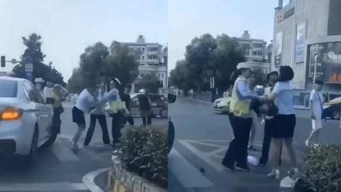 安徽一女子打掉女警帽子被猛锤,回应:她不服管理还打伤女警