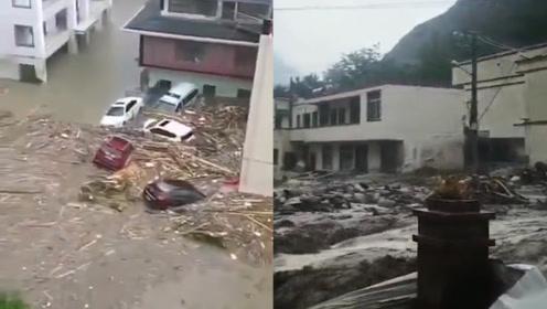 四川汶川因特大暴雨引发山洪泥石流 多地灾情严重道路、车辆被淹