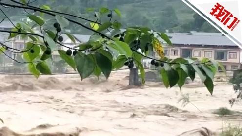 青衣江洪峰过境 四川雅安码头牌坊立柱被洪水冲垮