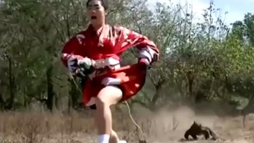 日本女子作死勾引科莫多巨蜥,下一秒撒腿就跑,镜头拍下全过程!