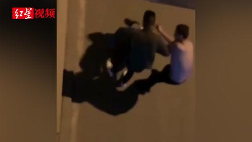 男子深夜街头对女子拳打脚踢 警方介入:男子被拘三日